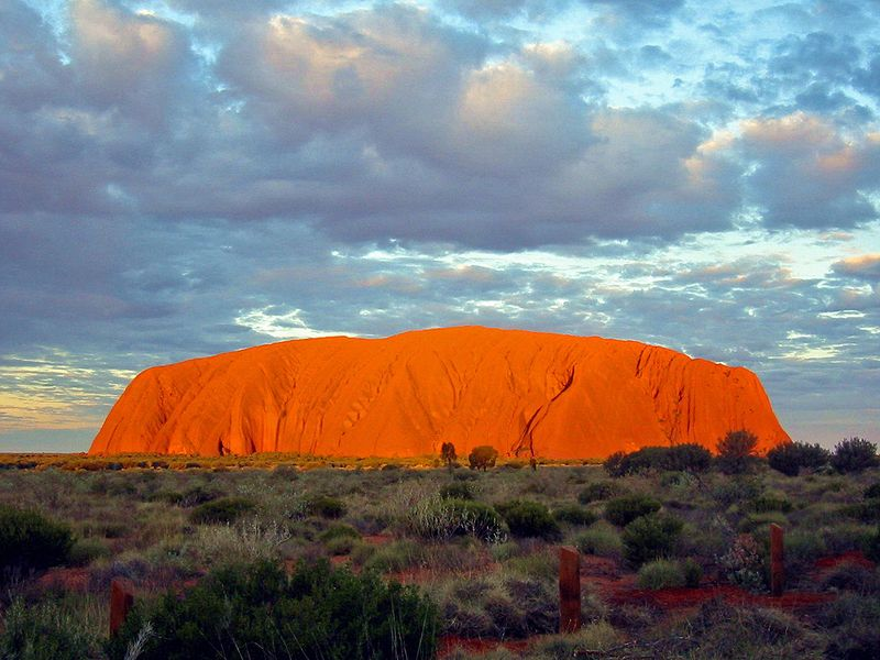 800px-Uluru_Australia(1)